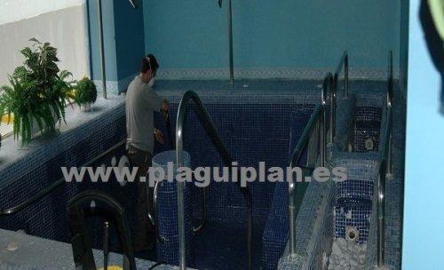 Limpieza de una piscina spa contra legionela